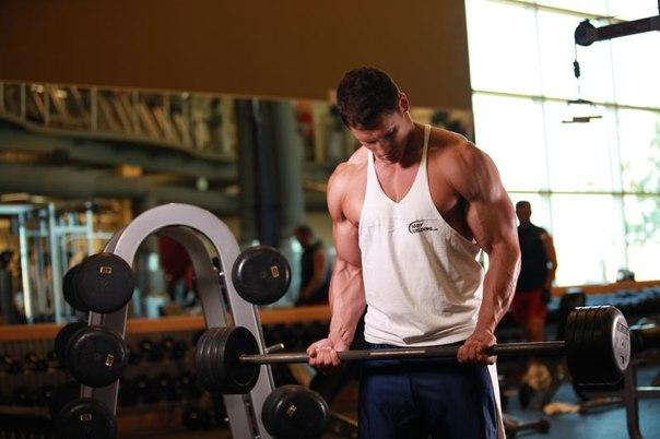 Мужчина на тренировке со штангой. Самбо-Уфа